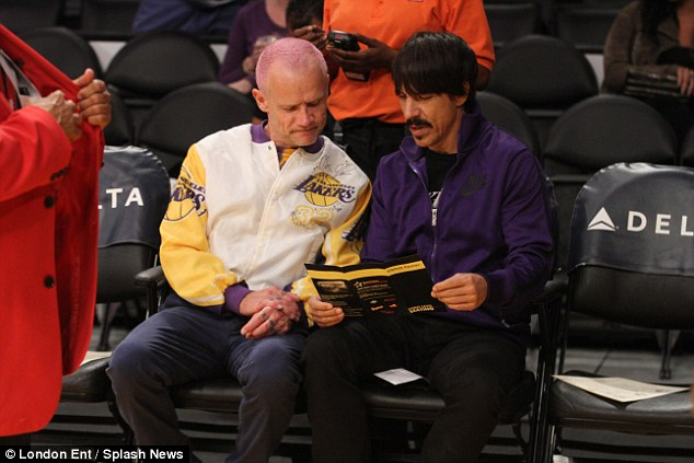 november-1-2015-anthony-kiedis-flea-LA-Lakers-2